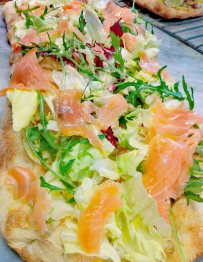 Pizza con salmone affumicato