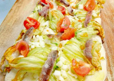 Pizza fiori di zucca, alici e pachino