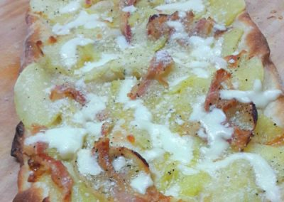 Pizza patate, guanciale e pecorino