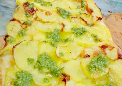 Pizza pesto in crosta di patate
